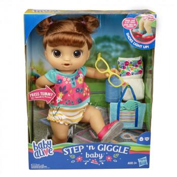 Baby Alive hnědovlasá panenka Step n Giggle